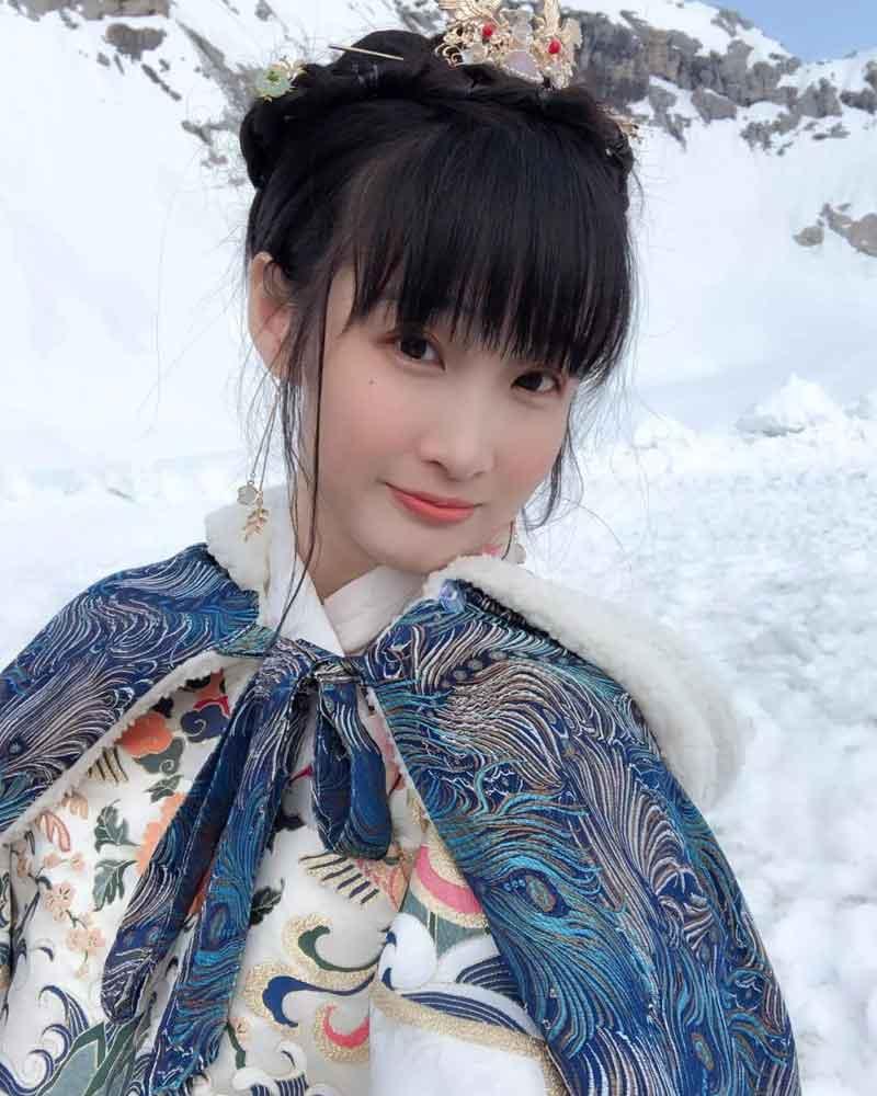 Chinese Girls Wear Hanfu to Climb the Highest Chug Peak in Germany