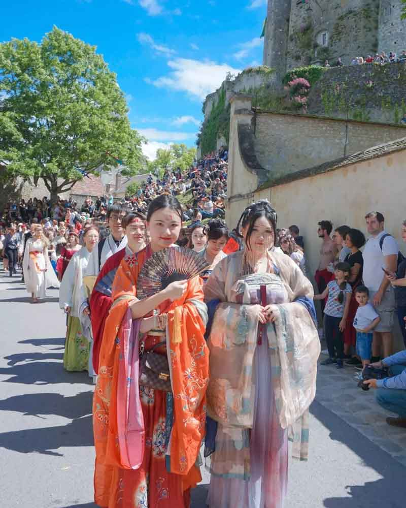 A Costume Feast——Hanfu in the Medieval Festival of Provence