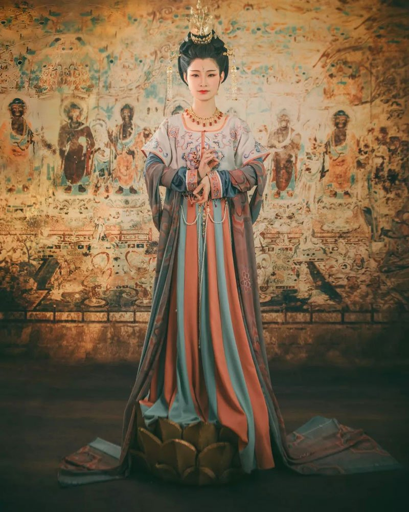 Traditional murals meet Chinese costumes