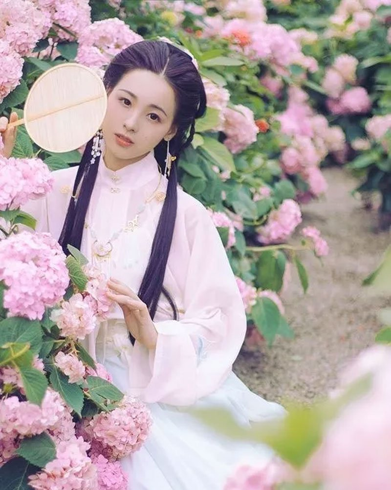 8 Postures That Take Beautiful Pictures of Hanfu