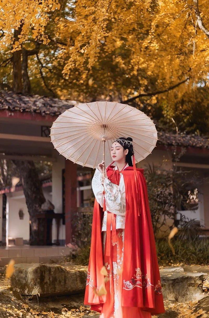 Hanfu Photo | Golden Leaves and Cloaks Girl