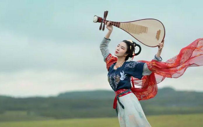 Hanfu Photo | Dance with Pipa Trippingly