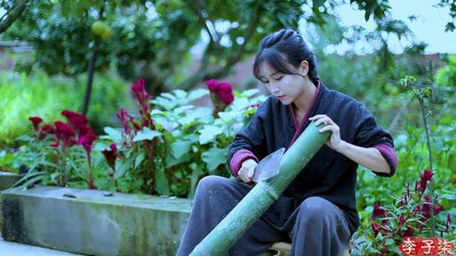 Li Ziqi make bamboo furniture