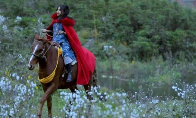 Li Ziqi ride a horse