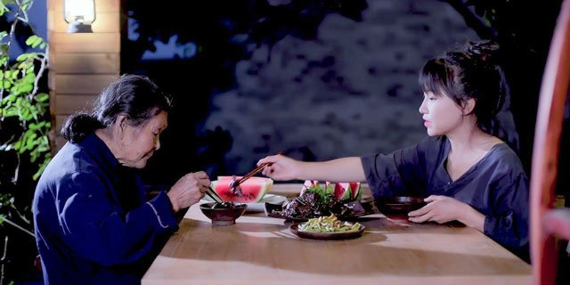 Li Ziqi with her grandmother