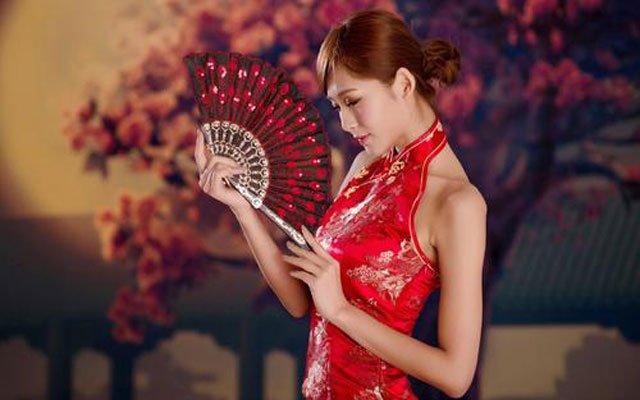 chinese women wear traditional cheongsam