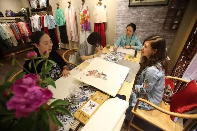 designers are create new cheongsam