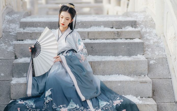What are Traditional Chinese Outfits Include?