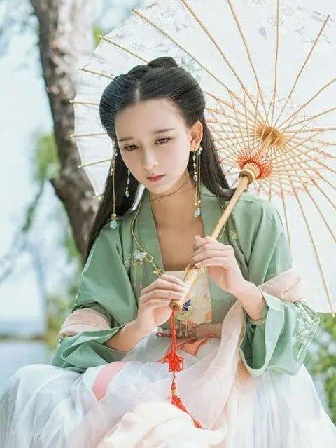 How to Take Hanfu Photos with Umbrella Prop