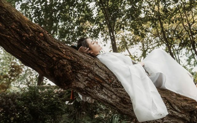 Hanfu Photography - 5 Martial Arts Style Photo Poses