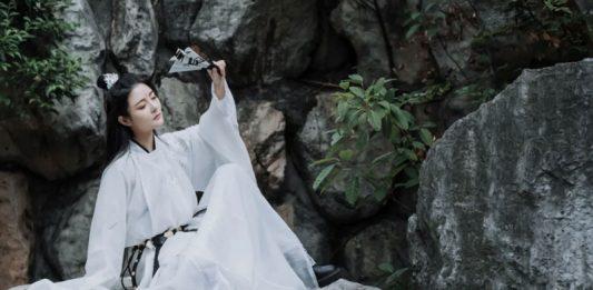 Hanfu Photography - 5 Martial Arts Style Photo Poses
