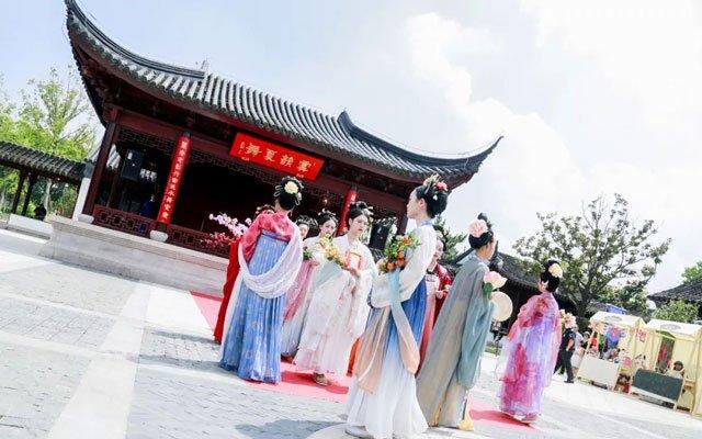 Reimagining the Returning Modern Hanfu