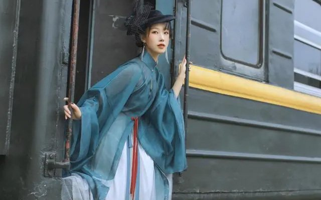 East Meets West - Hanfu Mix-Match Dressing Tips
