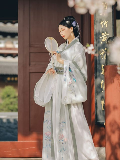 The Cultural Code of Modern Chinese Hanfu Clothing