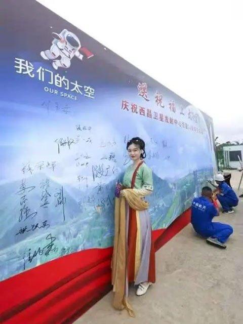 Cui Yihan -The Hanfu Girl Behind Chang'e-5