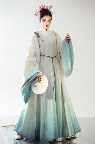 Pick a Gradient Color Hanfu for Your Spring!