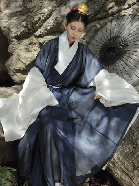 Insisted on Restoring the Traditional Hanfu Form - She Did for Ten Years
