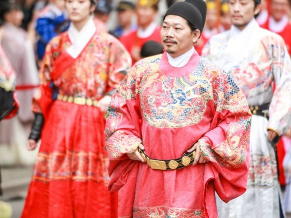 Fang Wenshan: We Need the New Style Hanfu to Adapt the Modern Society