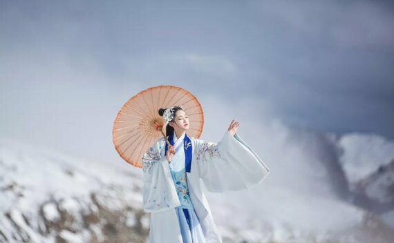 Hanfu & Snowscape – Girl Chinese Traditional Dress