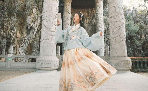 How to Wear Hanfu (7): Ming Dynasty Jiaoling Aoqun