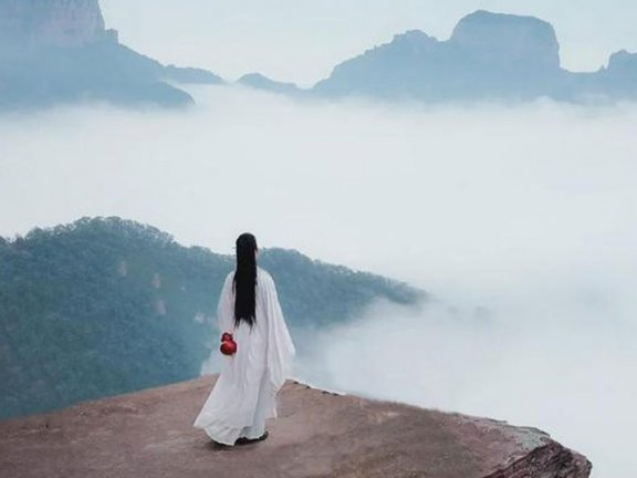A Man Wearing Hanfu Traveling the World at Large for 6 Year